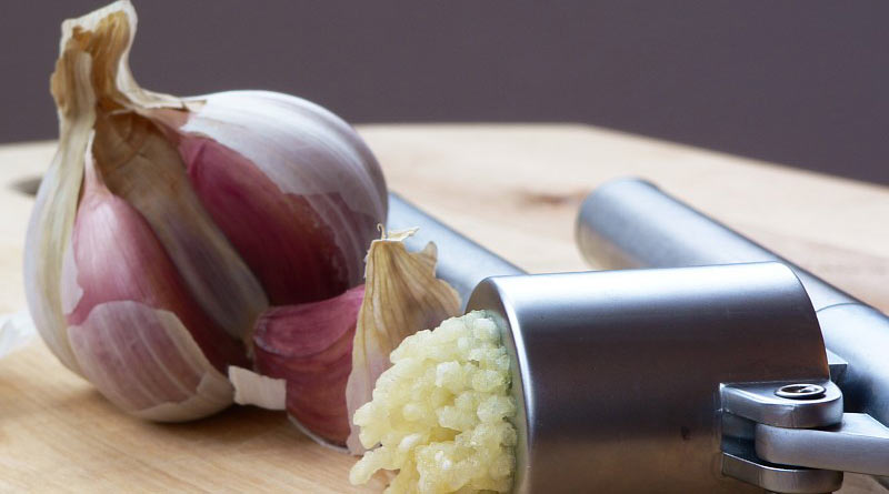 A garlic press with pressed garlic.© Lee Kindness [CC BY-SA 3.0 (http://creativecommons.org/licenses/by-sa/3.0/)], via Wikimedia Commons