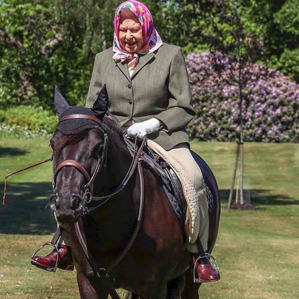 Queen Elizabeth II and Balmoral Fern enjoy an outing on the Windsor grounds. © AP