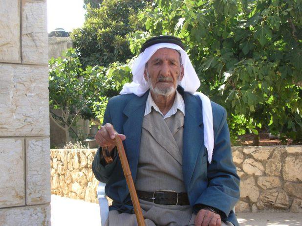 מחמוד מרעי, בן ה-93 , המדריך שלי במשהד, שומר על פתח המסגד