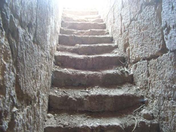 מדרגות לאולמות האבירים בתל חנתון