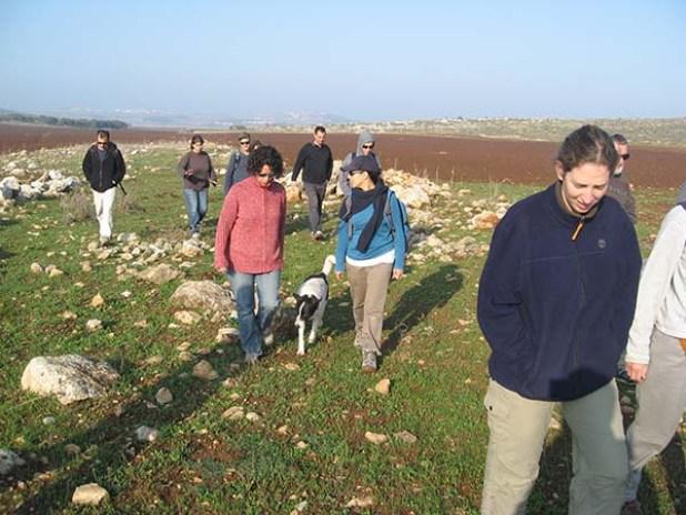 הליכה לאורך שרידי כביש רומי (צילום מ' מיה)