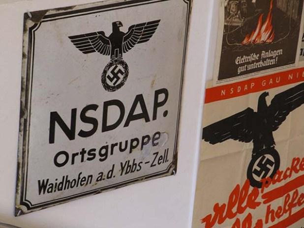 שלט של סניף המפלגה הנאצית העירוני במוזיאון