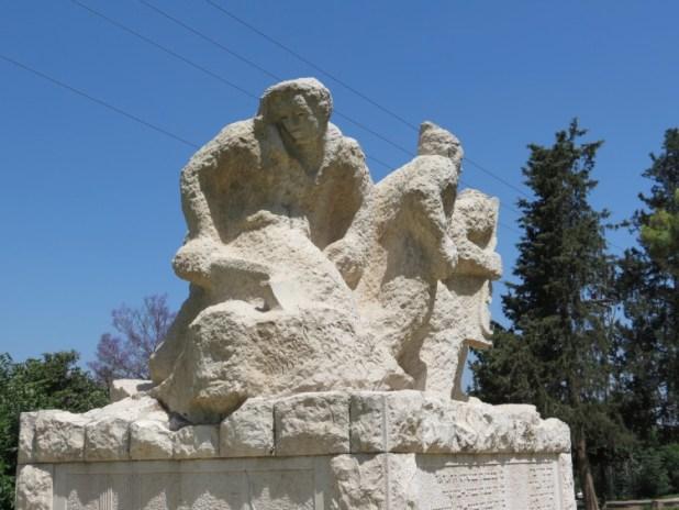 אנדרטה לנופלים מעשה ידיה של האמנית בתיה לישנסקי. צד אחורי עבודות חקלאות בבית