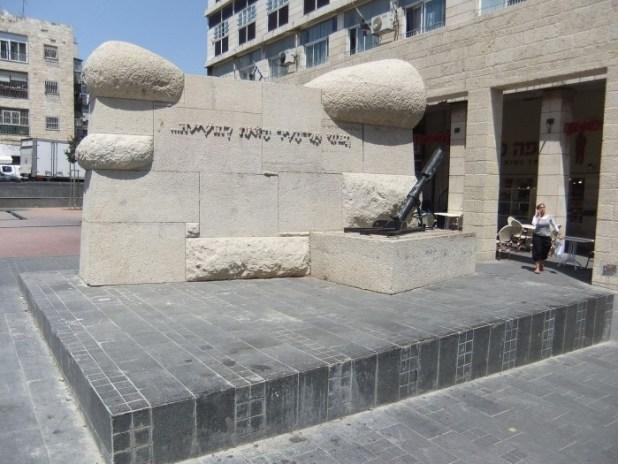 אנדרטת הדוידקה בכיכר צילום: יעקב