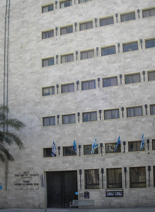 בניין בנק לאומי. בשמאל התמונה - תרני הבניין.