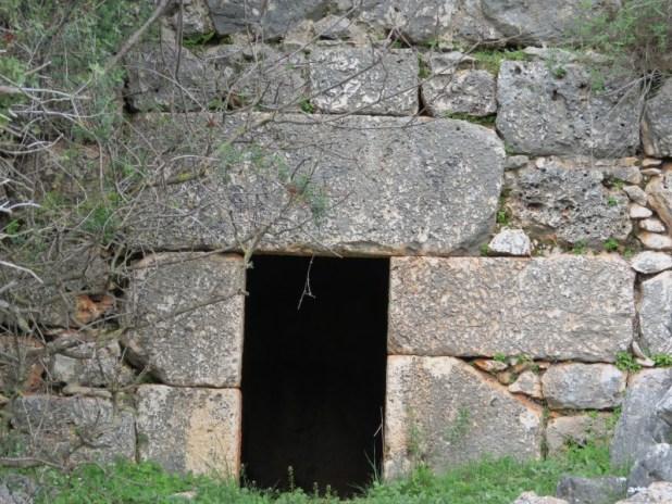 הכניסה לחדר קבורה - חורבת חשק