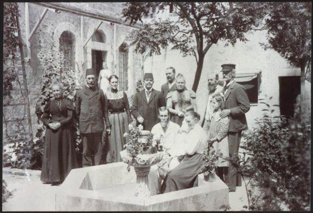 חברי המושבה בחצר בניין אמריקן קולוני, שנת 1900 בערך יוצר:Magister