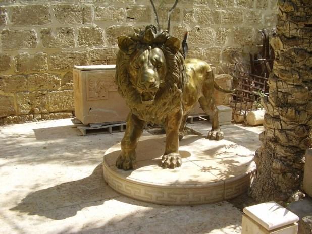 פסל האריה של גרסימוס בכניסה לכנסייה יוצר:אבישי טייכר