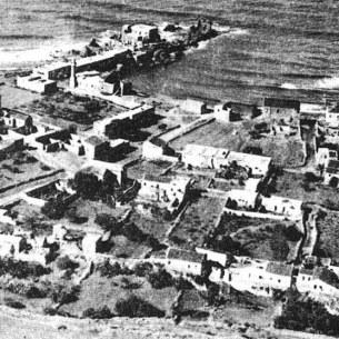 צילום אוויר משנת 1935 - בתי האבן של הכפר ניצבו במקביל לים