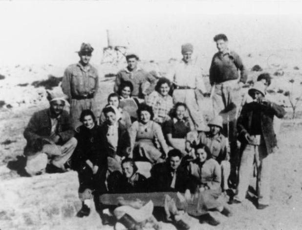 חנה סנש תאור התמונה: עם חברי הקיבוץ מופיעים בתמונה: שורה שנייה רביעית משמאל: חנה סנש תאריך צילום: ינו' 1943