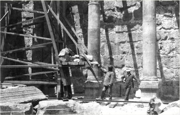 ואצינגר וקוהל בעת חפירותיהם בשנת 1905 בבית הכנסת בכפר נחום