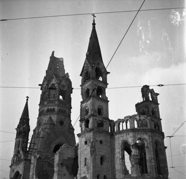 מראה הכנסייה ההרוסה בינואר 1954 Stadtaufnahmen Berlin. Kaiser Wilhelm Gedächtniskirche