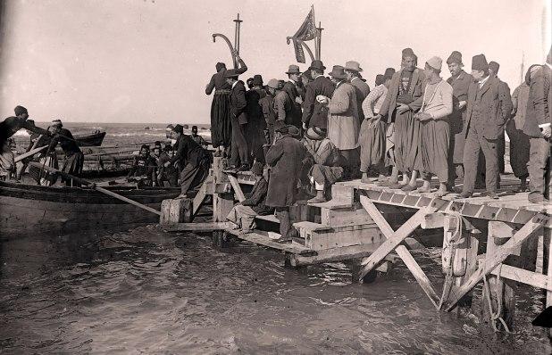 נמל יפו, רציף העברת נוסעים ומטענים לספינות ואוניות מפרש וקיטור העוגנות במים העמוקים. שלהי המאה ה-19 ראשית המאה ה-20