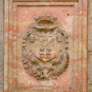 סמל המסדר על אבן גיר אדומה מאסיזי שהובאה ממונטה סובסיו, אשר מעל אסיזי - סמל למבני הפרנציסקנים ברחבי תבל צילום: תמר הירדני