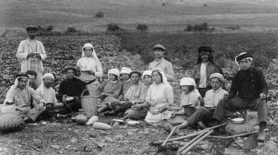 חלוצים אוכלים ארוחת צהריים בשדות חוות מגדל, צולם ב-1912 על ידי הצלם יעקב בן דב