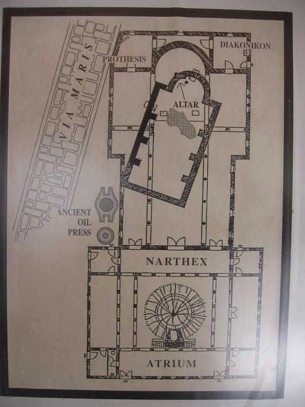 תרשים הכנסייה הראשונה, השנייה והנוכחית באתר, כולל מיקומו הראשון והנוכחי של הסלע הקדוש Public Domain