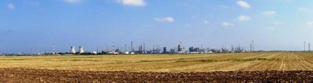 בתי הזיקוק והלבניות משמאל, מימין המפעלים הפטרוכימיים. התמונה צולמה מכביש 75, במבט לכוון צפון צילום: Hanay