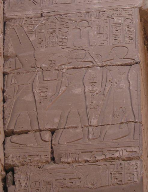 שושנק הראשון ובנו-תבליט במקדש כרנך Neithsabes התמונה שבקובץ זה נחתכה מקובץ אחר : Karnak Sheshonq I.jpg