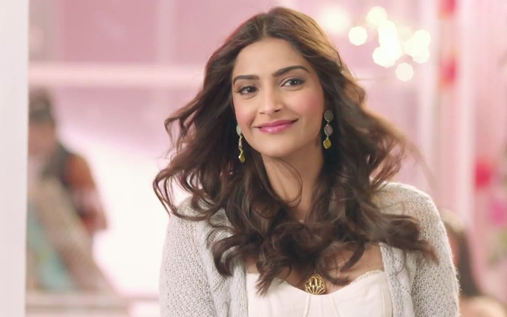 Smiling Face Girl Wallpaper India Sonam Kapoor Hot Photos And Wallpapers In Bikini