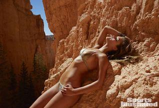 Nina Agdal (22)