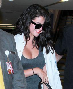 Selena_Gomez_at_LAX_on_April_19015