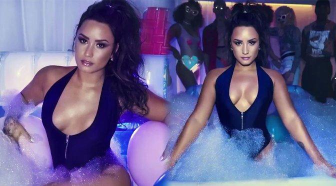 Demi Lovato Boobs Cleavage