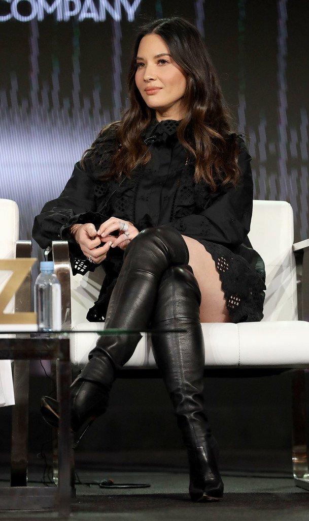 Olivia Munn Sexy Legs ()