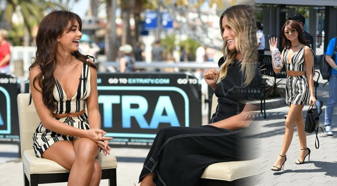 """Sarah Hyland – Leggy on  """"Extra"""" at Universal Studios Hollywood in Universal City"""