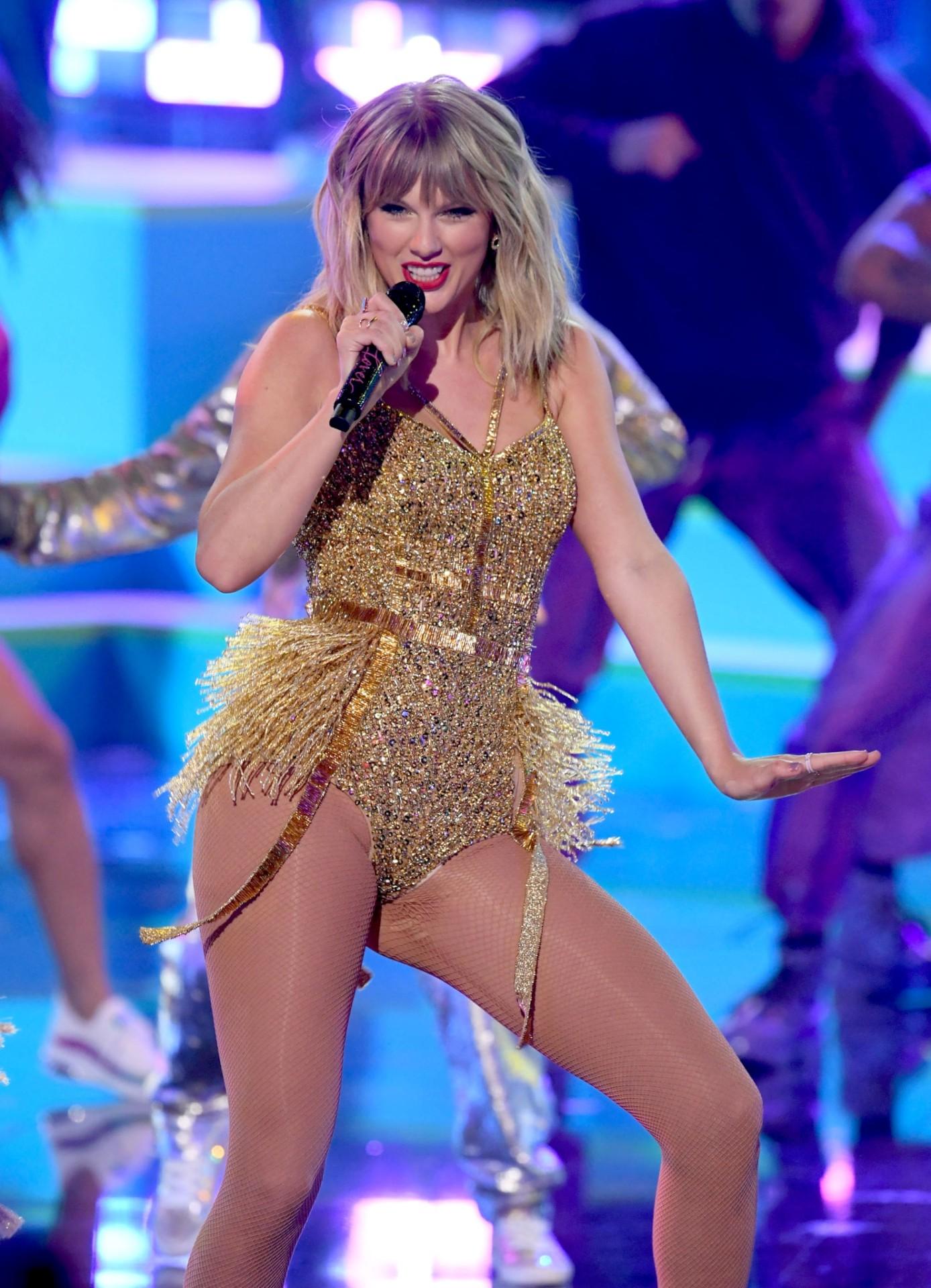 Taylor Swift Sexy Legs