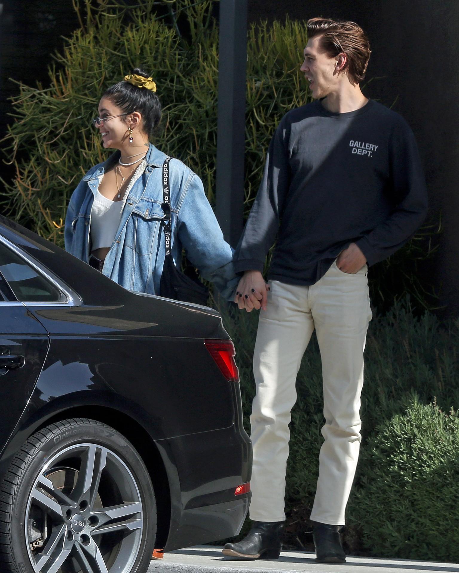 Vanessa Hudgens Beautiful In Jeans