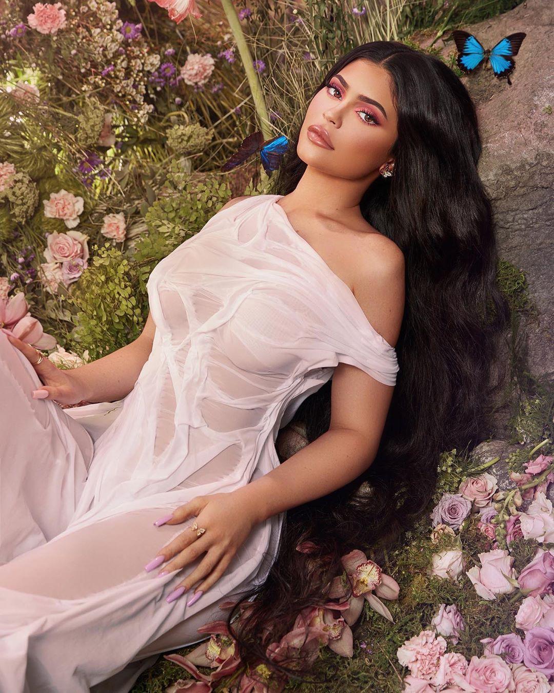 Kylie Jenner Hot Curvy Body