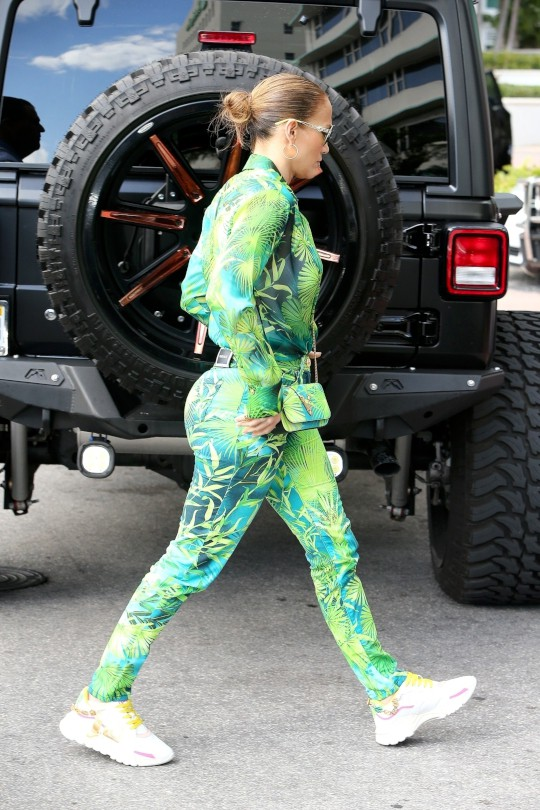 Jennifer Lopez Sexy Ass In Tight Pants