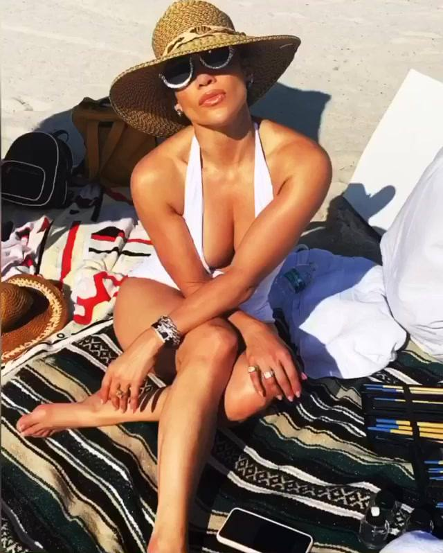 Jennifer Lopez Sexy Boobs In Swimsuit