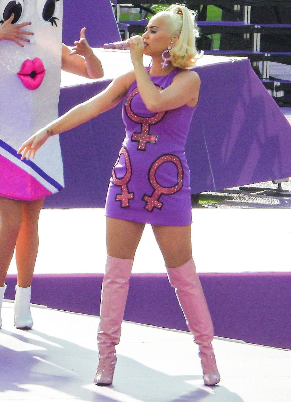 Katy Perry Sexy Legs In Boots