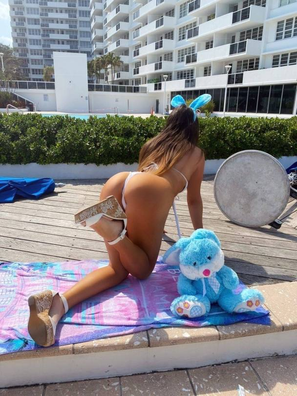 Claudia Romani Sexy Ass In Bikini