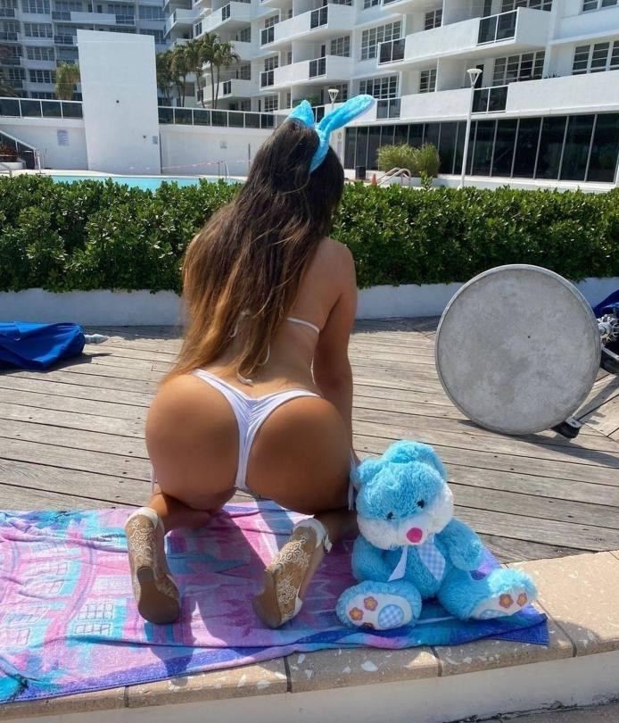 Claudia Romani Sexy Ass In Bikini