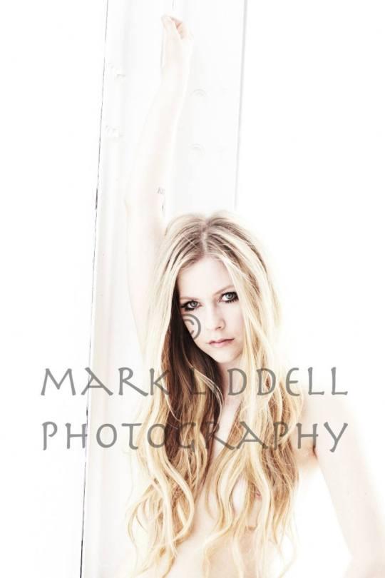 Avril Lavigne Topless Nipslip