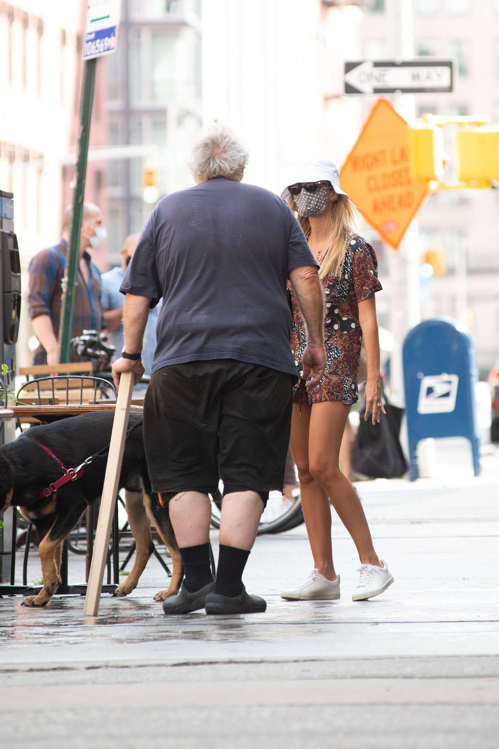 Emily Ratajkowski Sexy Legs