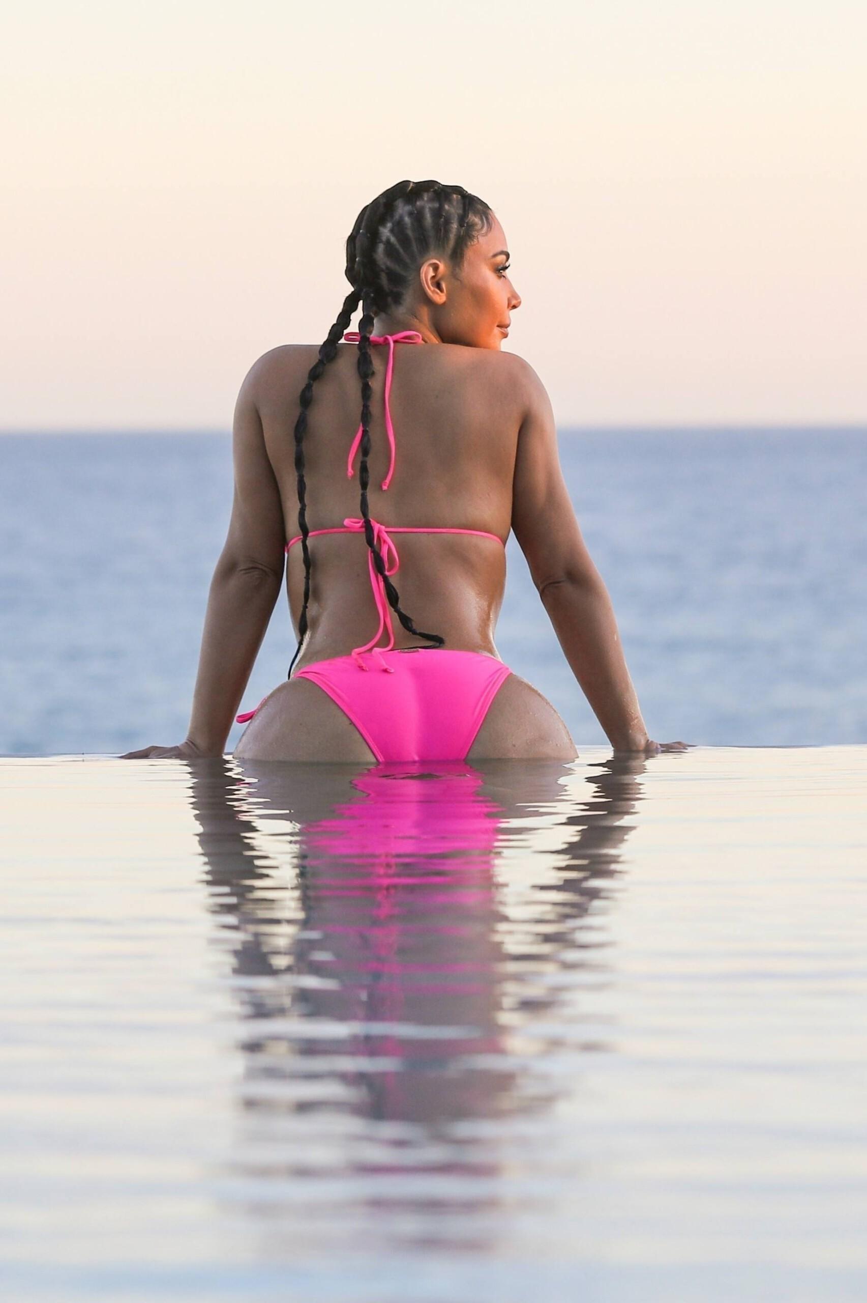 Kim Kardashian Hot Curves In Bikini