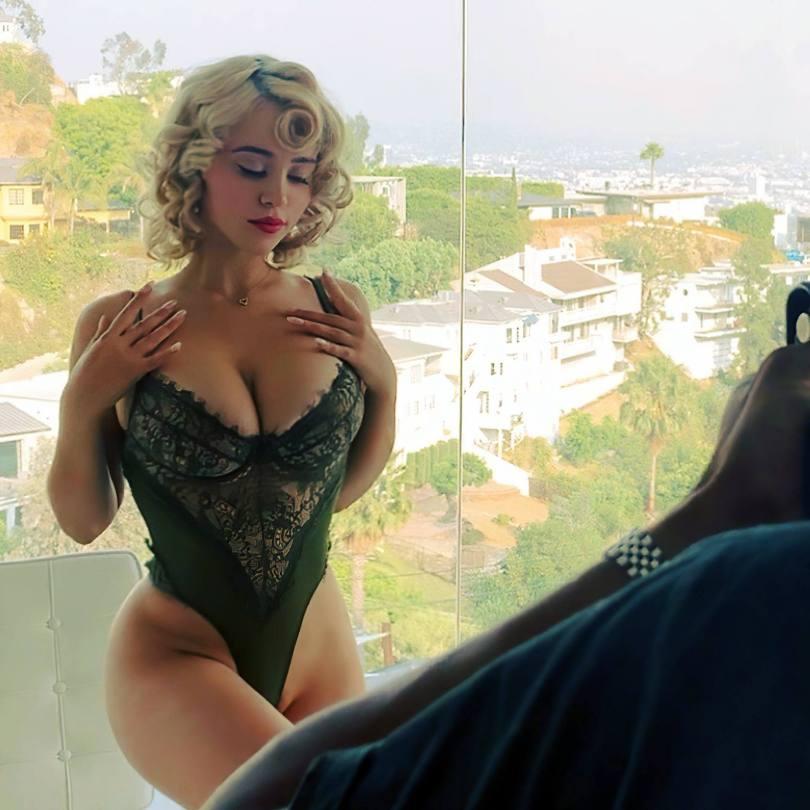 Caylee Cowan Big Tits In Cleavage