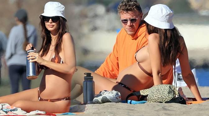 Emily Ratajkowski – Sexy Boobs in Bikini in Los Angeles