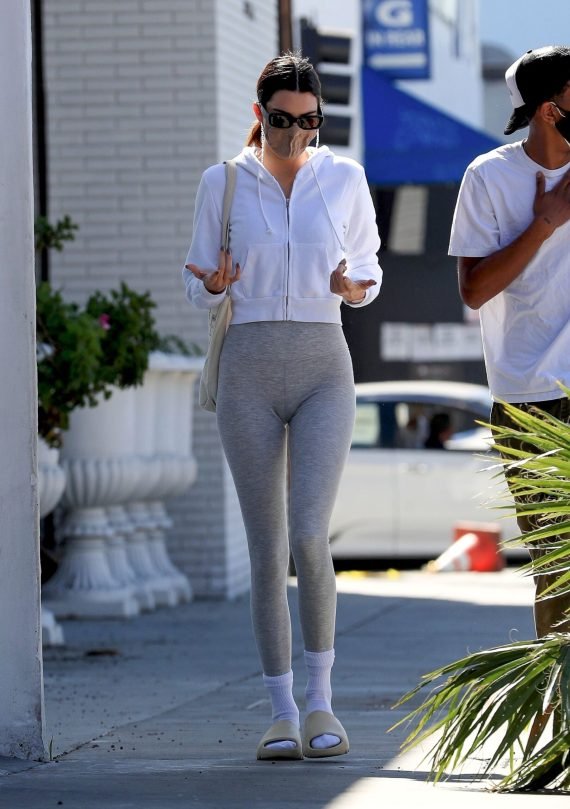 Kendall Jenenr In Tigh Pants