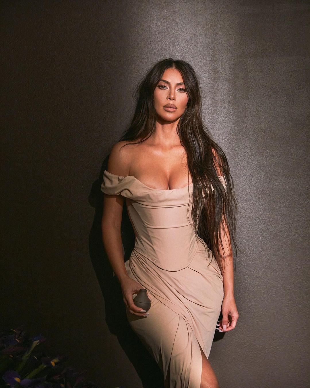 Kim Kardashina Beautiful Cleavage