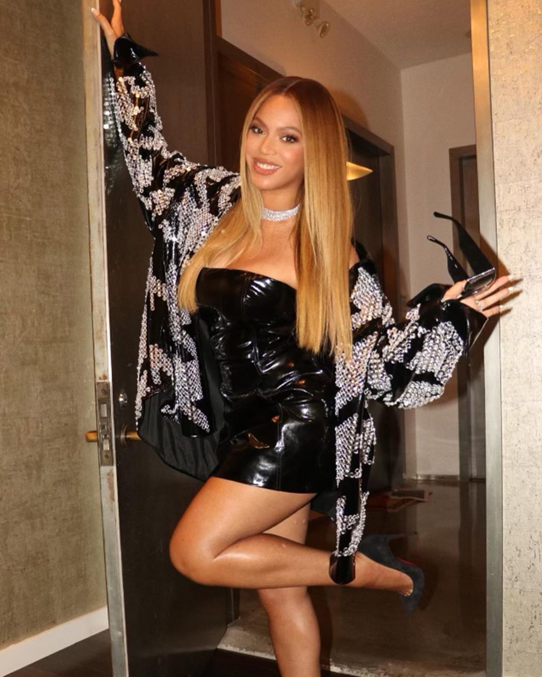 Beyonce Sexy In Small Black Dress