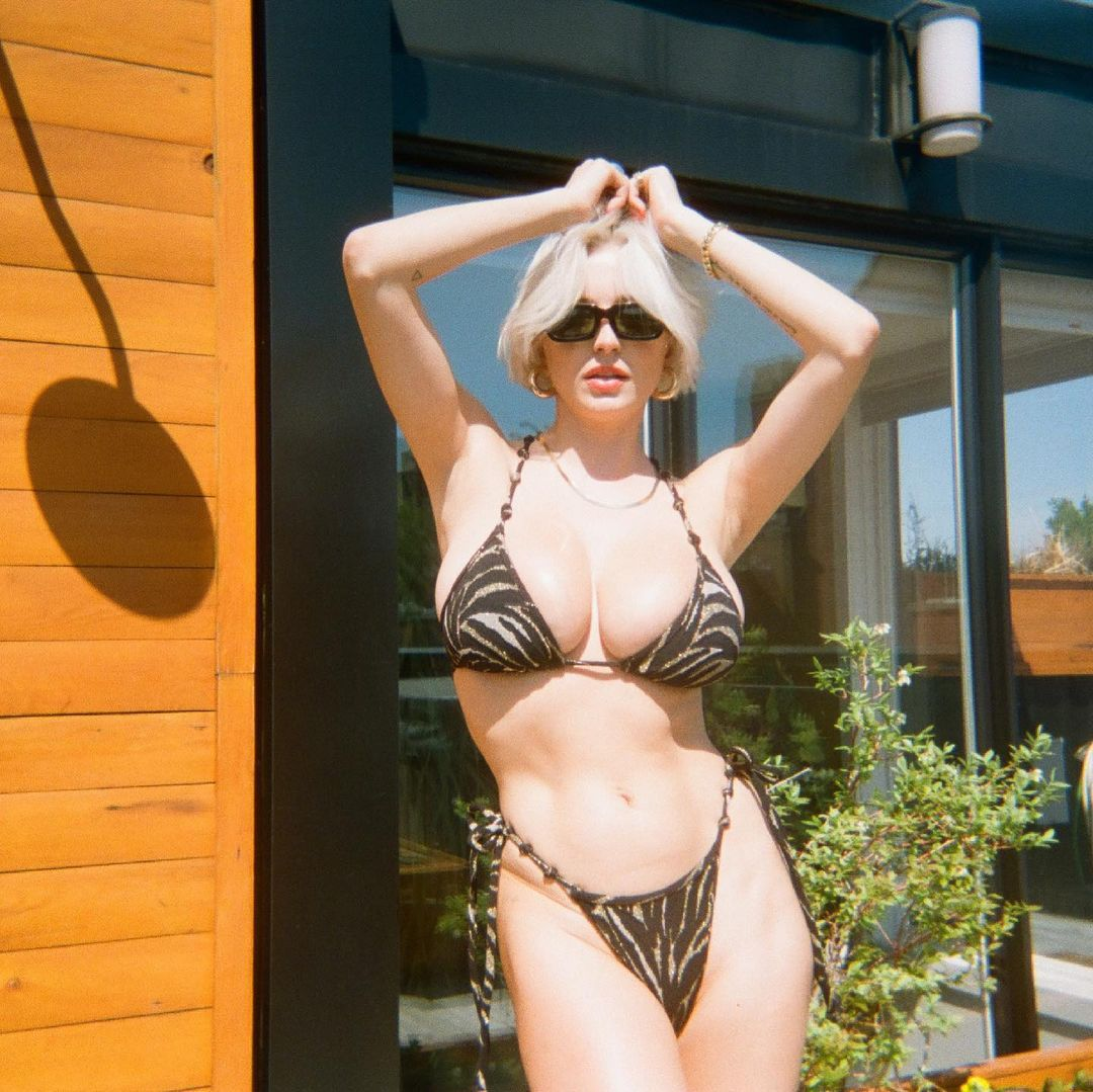 Caroline Vreeland Sexy In Bikini