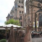Der Dom in Trier mit einem Weinschiff im Vordergrund