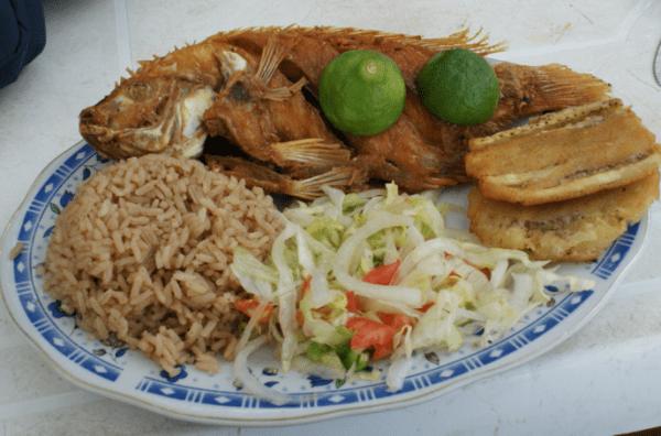 Arroz con coco y pescado frito