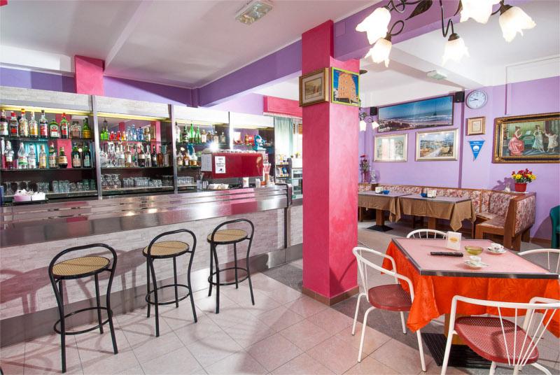 Il bar dell'Hotel Edelweiss a Torrette di Fano
