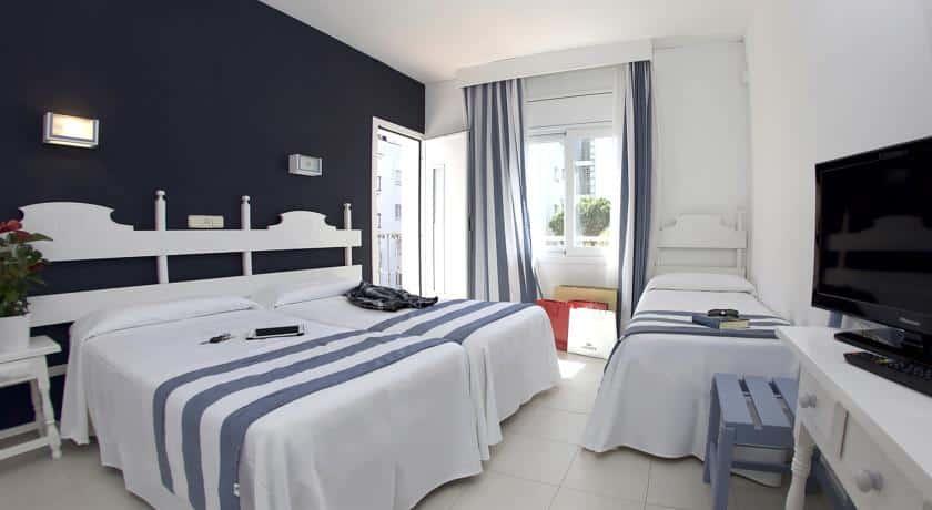 Hotel Els Pins  Balcon Chambre Triple 2 adultes  1 enfant