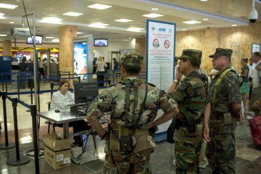 Revisión de equipaje en el Aeropuerto de Cancún